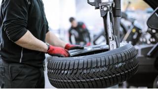 Шиномонтаж на Проспекте! Шиномонтаж и балансировка четырех колес в сети шинных центров Hotwheels! Скидка 74%!