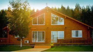 Проживание в домике на выбор на берегу лесного озера в загородном отеле Woods Lake Resort в Псковской области!